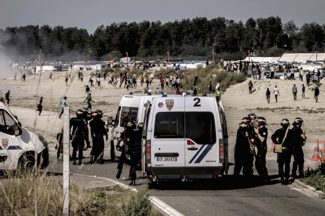 De violents heurts ont opposé mercredi plusieurs centaines... (AFP, Philippe Huguen)