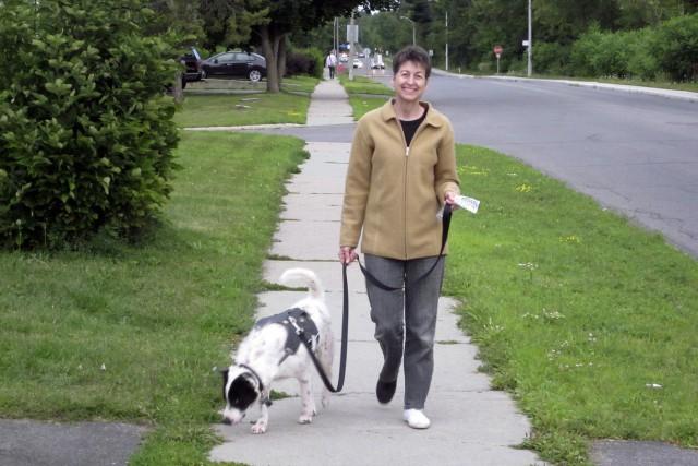 Carole Moore et son chien «thaïlandais» Charlie... (Courtoisie)