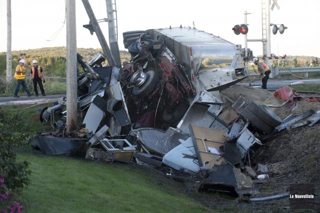 Le camion qui a heurté le train est... (Sylvain Mayer, Le Nouvelliste)