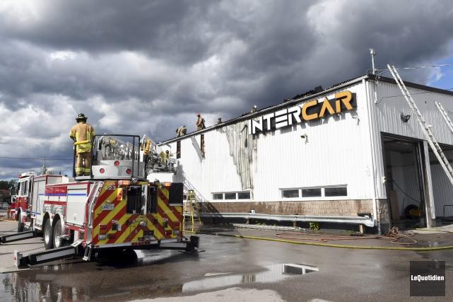 Dix-huit pompiers ont été appelés chez Intercar de... (Photo Le Quotidien, Rocket Lavoie)