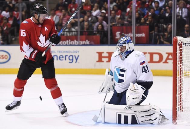 Jonathan Toews a battu Jaroslav Halak à deux... (La Presse Canadienne)