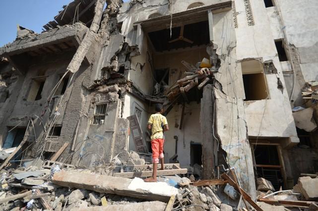 Les raids aériens de la coalition arabeont visé... (REUTERS)