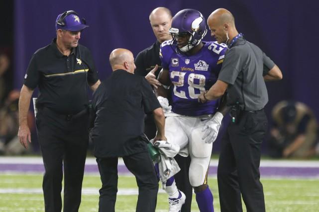 Adrian Petersons'est blessé au genou droit lors du... (Photo Jim Mone, AP)