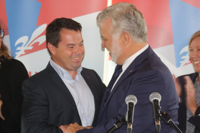 Le premier ministre Philippe Couillard, accompagné de son...
