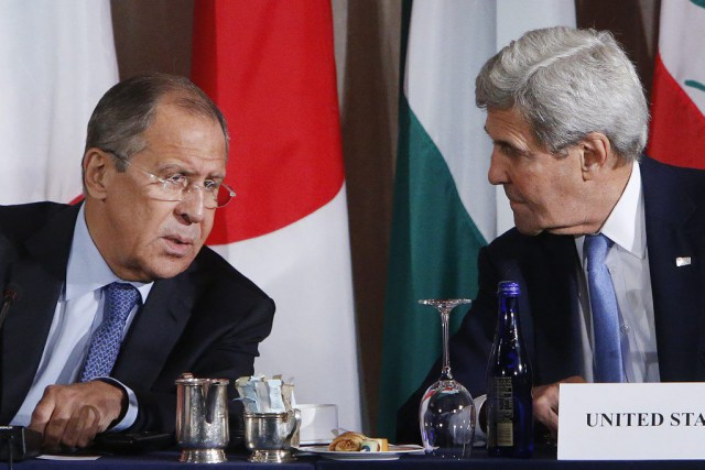 John Kerry et son homologue russe Sergueï Lavrov,... (Jason DeCrow)