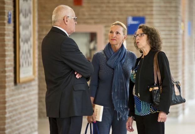L'enquêteur Jean-Louis Granger discute avec Catherine et Cécile... (Spectre Média, Jessica Garneau)