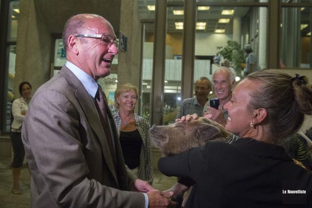 Catherine Richard-Daigneault alors qu'elle présentait Bacon au maire... (Stéphane Lessard, Le Nouvelliste)