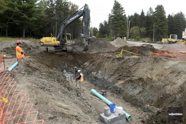 Les travaux d'infrastructures pour l'aménagement des conduites d'eau... (Archives Le Quotidien, Jeannot Lévesque)