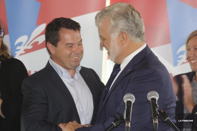 Le premier ministre Philippe Couillard, accompagné de son... (La Tribune, Yanick Poisson)