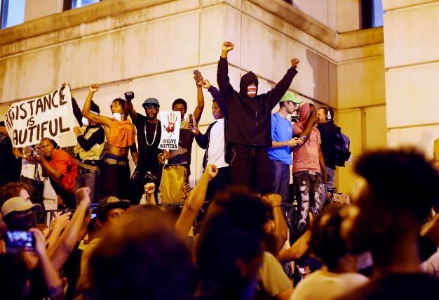 Des manifestants crient depuis les marches de la... (Photo Mike Blake, REUTERS)