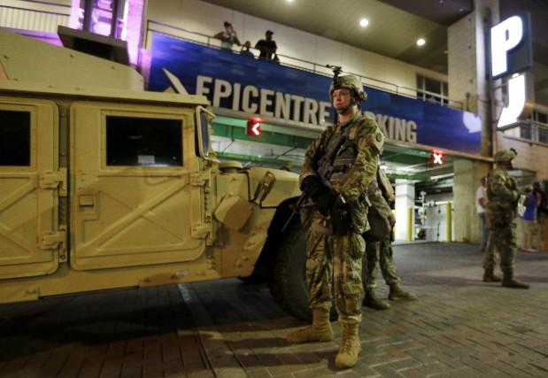 Les militaires de la Garde nationale ont été... (AP, Chuck Burton)
