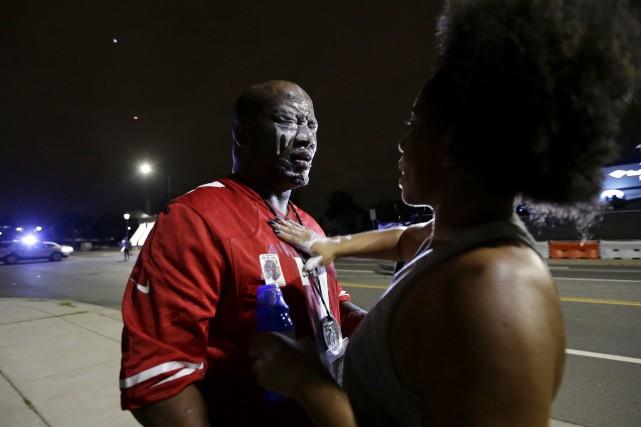 Un homme s'est fait asperger de gaz lacrymogènes... (AP, Gerry Broome)