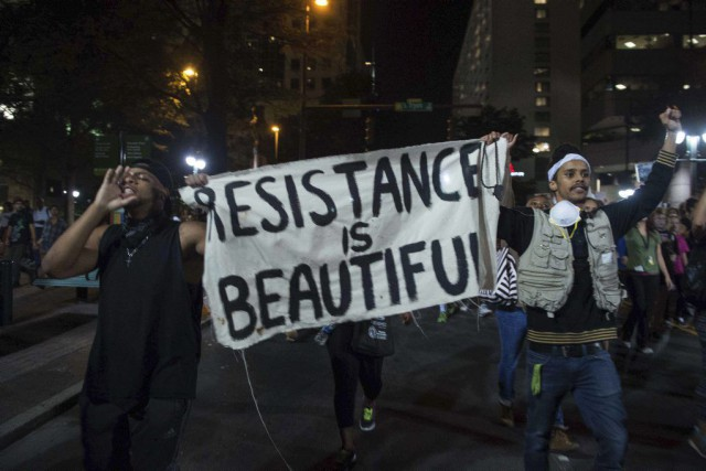 Les manifestations ont continué au-delà de minuit, heure... (PHOTO NICHOLAS KAMM, AFP)