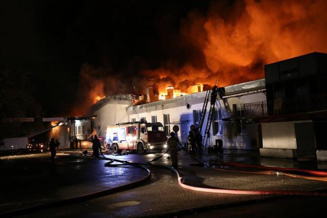 Les pompiersont d'abord aidé à évacuer une centaine... (PHOTO FOURNIE PAR LE MINISTÈRE RUSSE DES SITUATIONS D'URGENCE)