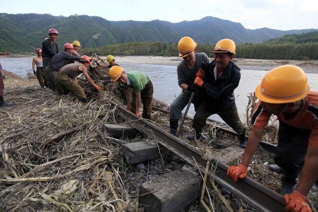 Des travailleurs tentent de réparer une section de... (Photo Kim Kwang Hyon, archives AP)