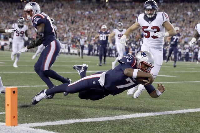 Le quart-arrière des Patriots Jacoby Brissett (7) a... (Photo Charles Krupa, AP)