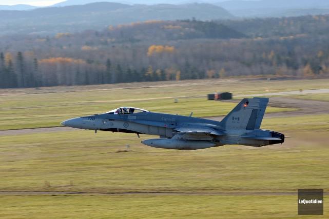 Un CF-18 a été ciblé par un pointeur... (Photo archives Le Quotidien, Rocket Lavoie)