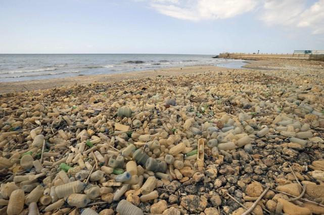 Les ordures flottant dans l'eau sont chose courante... (PHOTO ARCHIVES AFP)