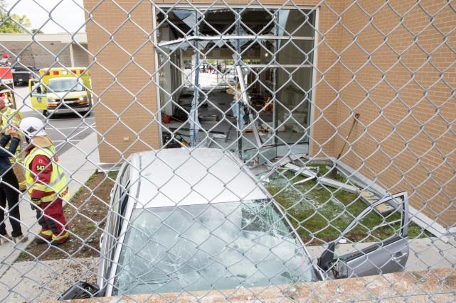 La conductrice du véhicule a passé au travers... (Collaboration spéciale Steve Jolicoeur)