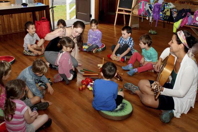 Aimée Gaudette-Leblanc en action avec des enfants lors... (photo Diane Poulin)