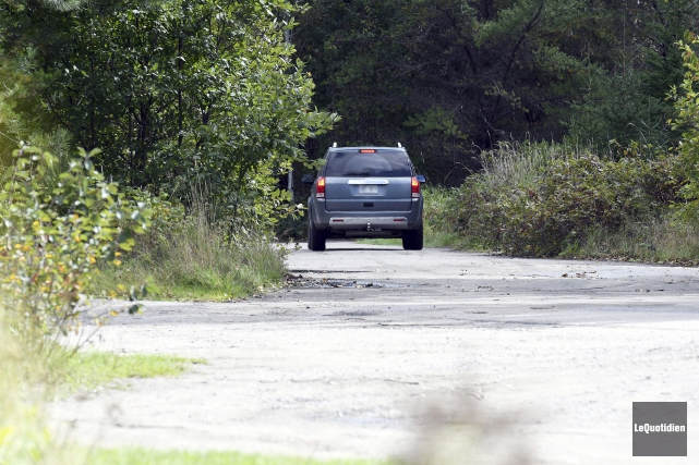Plusieurs automobilistes étaient présents à Saint-Jean-Vianney, vendredi midi,... (Photo Le Quotidien, Rocket Lavoie)