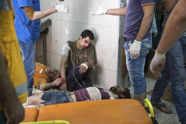 Des blessés reçoivent des soins dans un hôpital... (PHOTO KARAM AL-MASRI, AFP)