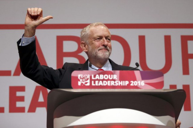 Jeremy Corbyn demeurenon seulement aux commandes de l'opposition... (PHOTO PETER NICHOLLS, REUTERS)