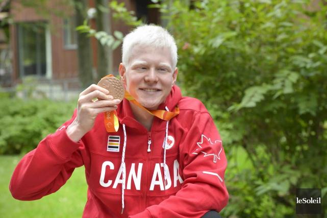Médaillé de bronze au 100 m dos S13... (Le Soleil, Jean-Marie Villeneuve)