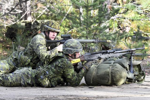 Quelque cinquantaine réservistes du Régiment du Saguenay participent... (Photo Le Progrès-Dimanche, Rocket Lavoie)
