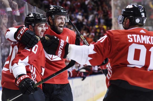 John Tavares (20) célèbre son but avec ses... (La Presse canadienne, Nathan Denette)