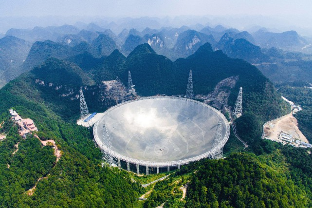 Le FAST, qui présente une ouverture sphérique d'un... (Photo Liu Xu, Xinhua via AP)