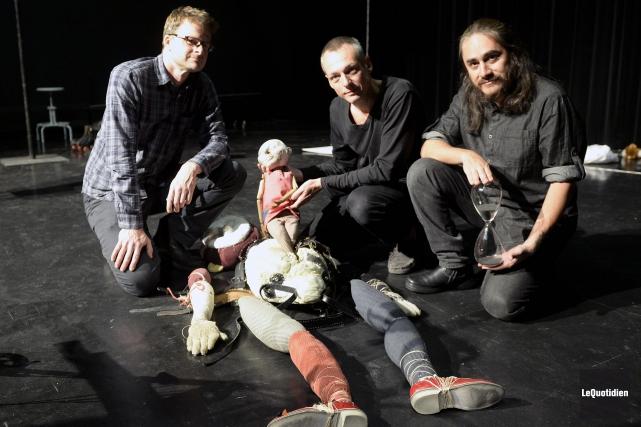 Le sculpteur Kevin Titzer a créé des marionnettes... (Photo Le Quotidien, Jeannot Lévesque)