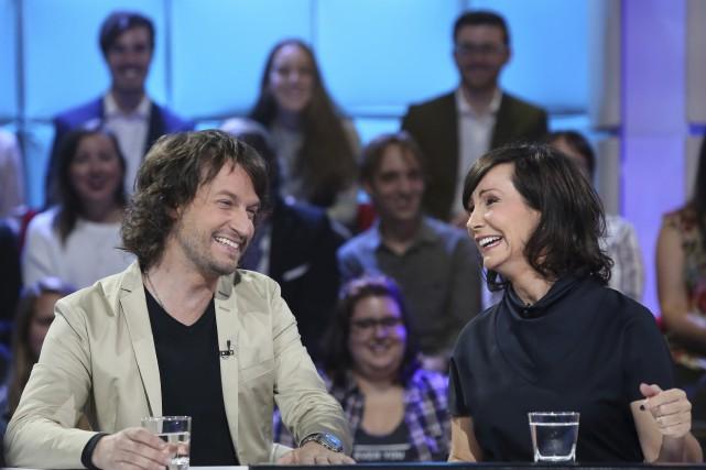 Josée Boudreault (à droite) et son conjoint, l'auteur... (ICI Radio-Canada, Karine Dufour)