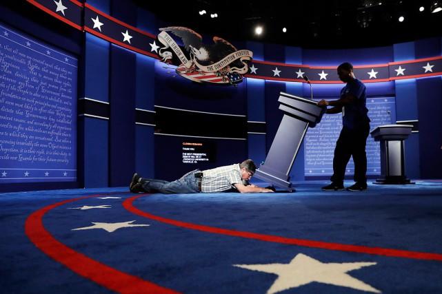 Des techniciens installent la scène pour lepremier débat... (Photo Patrick Semansky, AP)