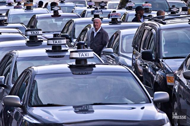 Quelques dizaines de chauffeurs de taxi se sont... (La Presse, Patrick Sanfaçon)