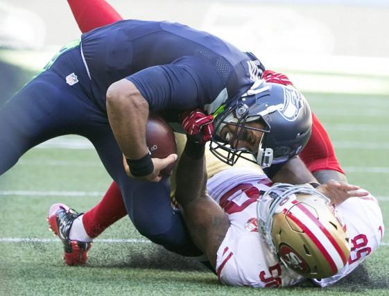 Le quart-arrière des Seahawks Russell Wilson (en haut)... (Photo AP)
