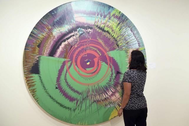 Une toile circulaire aux airs de kaléidoscope cosignée... (PHOTO AFP)