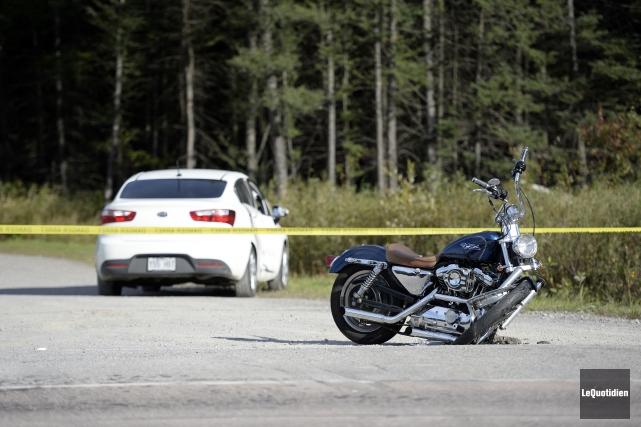 Un motocycliste âgé d'une trentaine d'années lutte pour... (Photo Le Quotidien, Jeannot Lévesque)