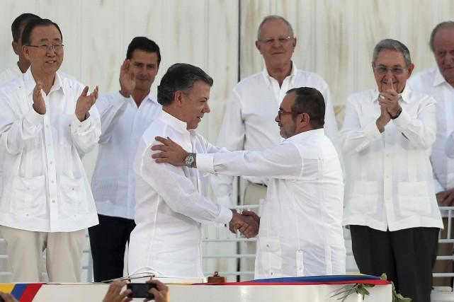 Le président Juan Manuel Santos et Rodrigo Londoño,... (AP, Fernando Vergara)