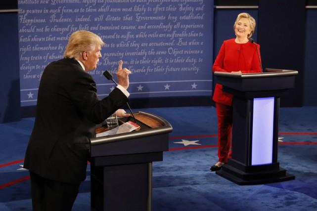 Seuls sur scène, debout derrière un pupitre face... (PHOTO AP)