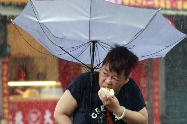 Taïwan vivait mardi matin au ralenti, dans l'attente de son troisième typhon en... (PHOTO AP)