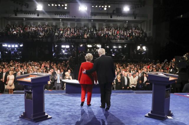 Hillary Clinton et Donald Trump avancent à l'avant... (AP, Joe Raedle)