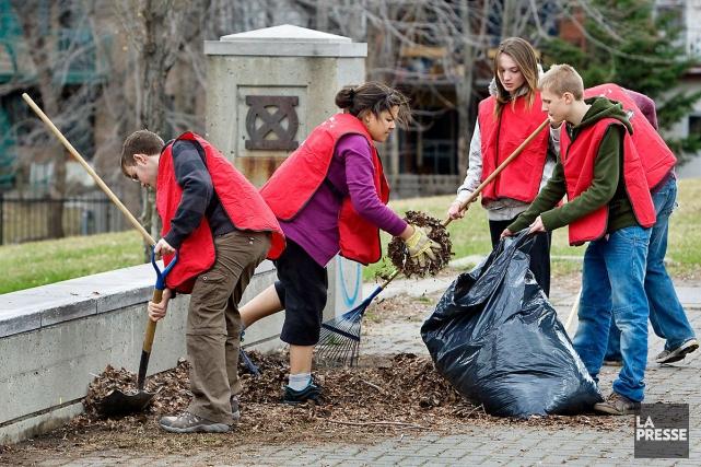 Ramasser les déchets, donner un coup de pinceau, rendre les ruelles invitantes.... (Photo Robert Skinner, archives La Presse)