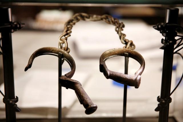 Des chaînes d'esclave sont exposées au Musée national... (photo Kevin Lamarque, REUTERS)