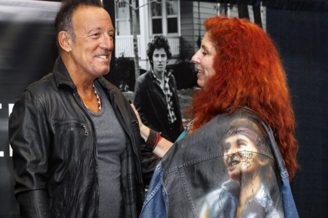 Bruce Springsteen discute avec fan lors du lancement... (PHOTO AP)
