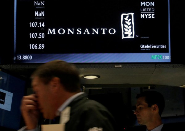 Le géant allemand Bayer a acheté Monsanto pour... (PHOTO BRENDAN MCDERMID, ARCHIVES REUTERS)