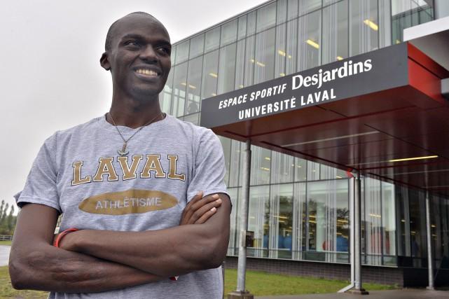 Yves Sikubwabo a un éternel sourire sur les... (Le Soleil, Patrice Laroche)