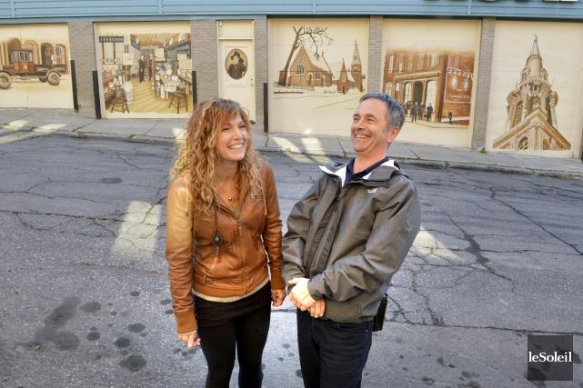 L'auteure des fresques historiques, Cassandre Bernier, en compagnie... (Le Soleil, Jean-Marie Villeneuve)