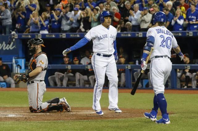 Josh Donaldson et Ezequiel Carrera célèbrent le coup... (Mark Blinch, La Presse canadienne)