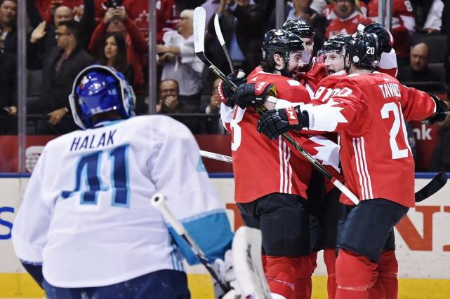 Les joueurs canadiens célèbrent le premier but de... (Nathan Denette, La Presse canadienne)